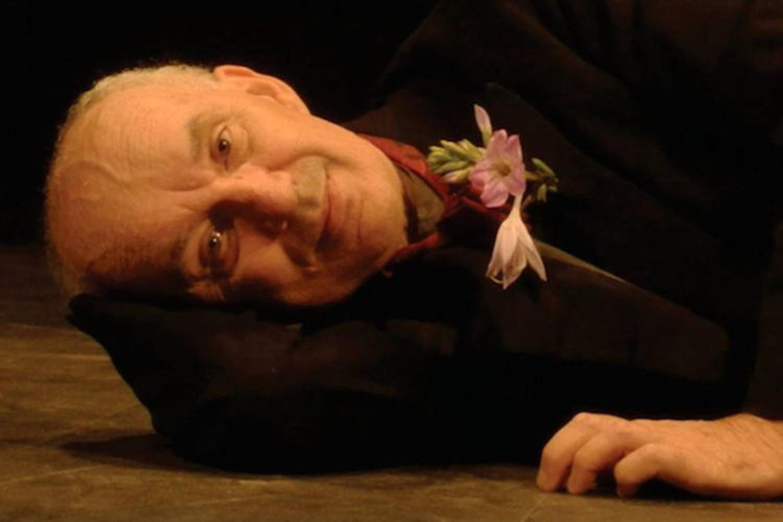 Un attore e zero spettatori: il gesto romantico di Giovanni Mongiano