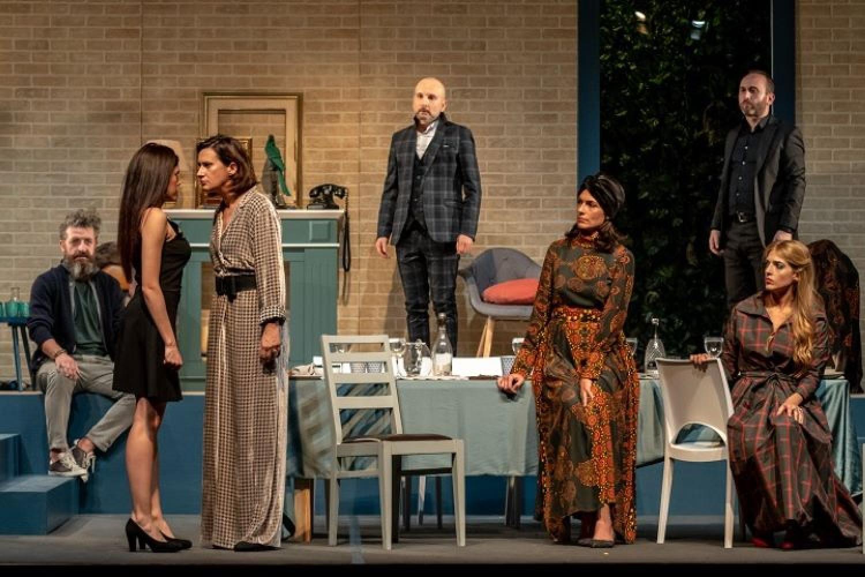 Cognate e cena in famiglia: il ritorno a teatro di Anna Valle in una divertente commedia