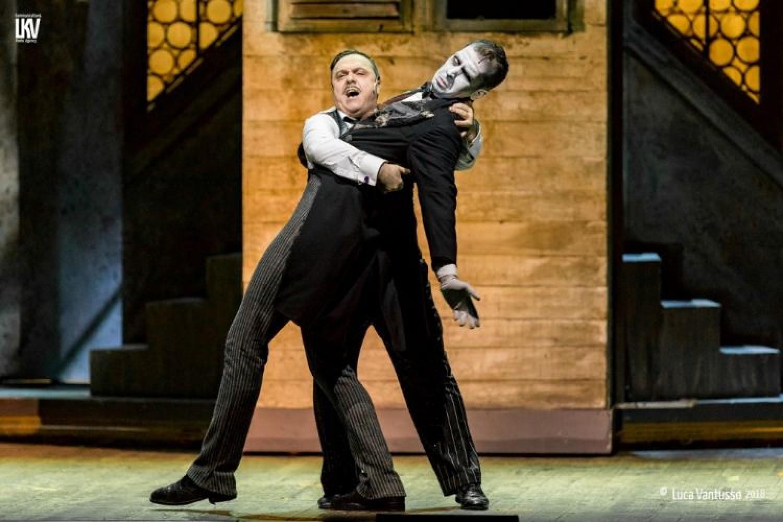Gabriele Cirilli e l'umorismo musical-noir: La Famiglia Addams