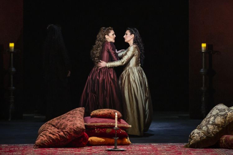 Maria Agresta (Anna Bolena) e Carmela Remigio (Giovanna Seymour)