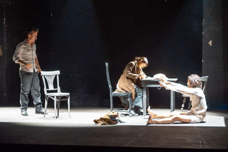 La Storia, spettacolo ispirato al romanzo di Elsa Morante, chiude la stagione del Centro Teatrale Bresciano