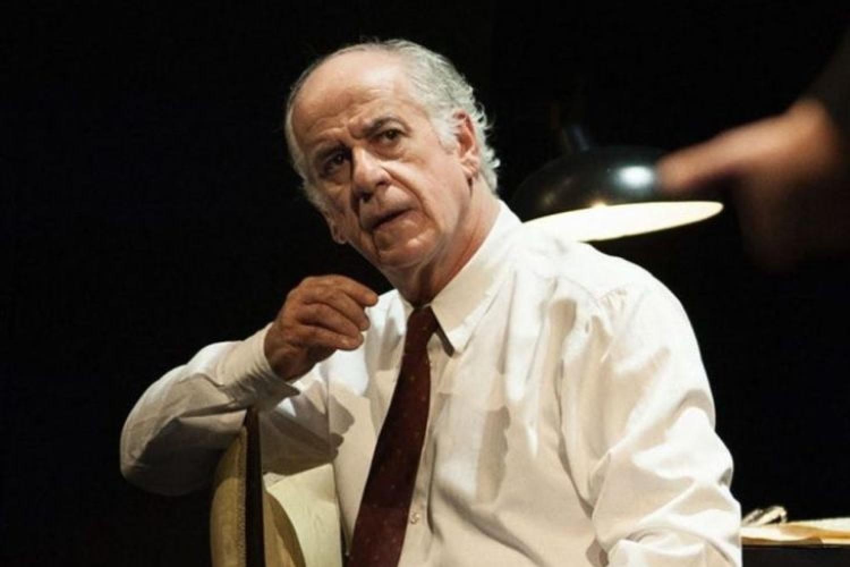 Toni Servillo a teatro sgrida uno spettatore che usa il cellulare