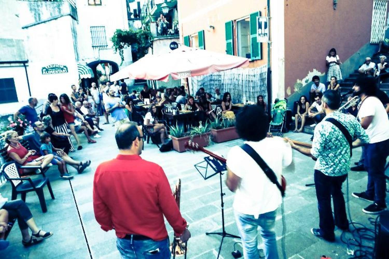 Un palco a picco sul mare: è FraLeMura Festival 2018, in Liguria