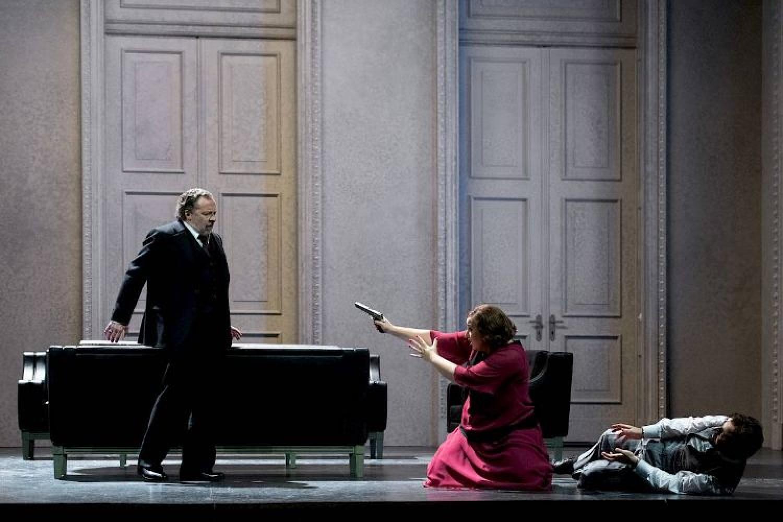 """Altro esperimento con """"Simone Boccanegra"""": cantanti in teatro, coro ed orchestra dall'altra parte di Zurigo."""