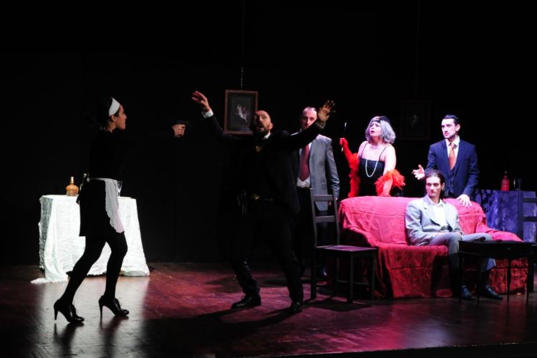 Sei personaggi in cerca d'attore:Emilia Miscio porta in scena l'omicidio in chiave comica