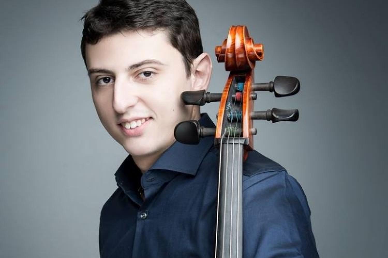 Un giovane violoncellista allo specchio