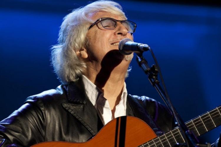 Le origini, gli amici, le lingue: Vittorio De Scalzi e 50 candeline di musica al San Carlo