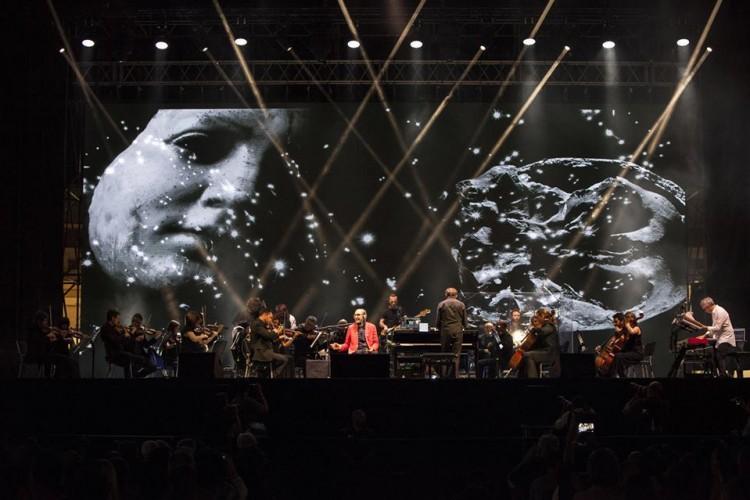 Battiato scalda Napoli con musica, parole ed immagini: il X Teatro Festival è cominciato