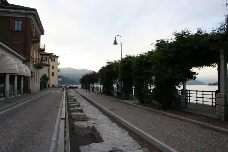 Dacia Maraini tra le mura medievali di Arona
