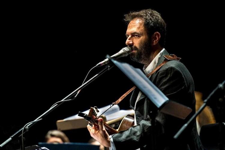 Come una specie di sorriso: il concerto omaggio di Marcorè a Faber