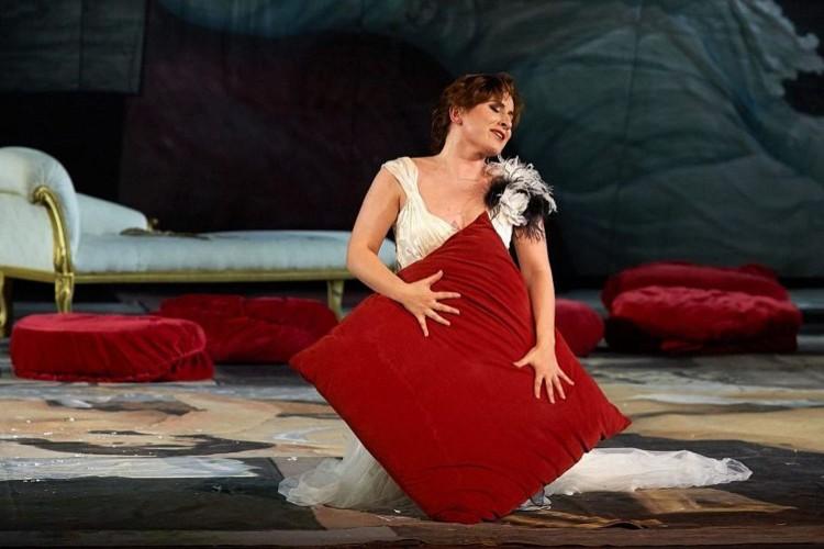La storica traviata dello Sferisterio convince ma non entusiasma