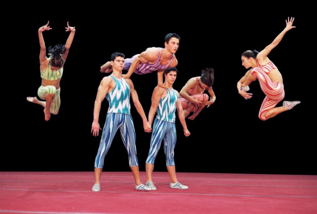 Acrobazie tra musica e danza: gli atleti danno spettacolo