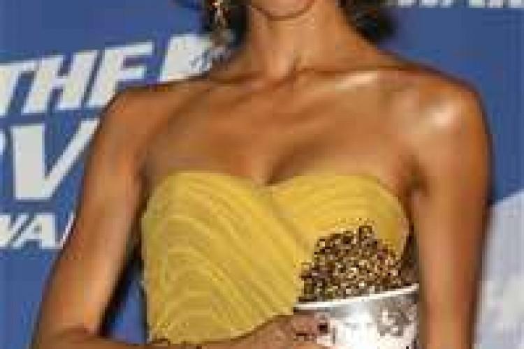 Jessica Alba domina fra le star agli Mtv Movie Awards