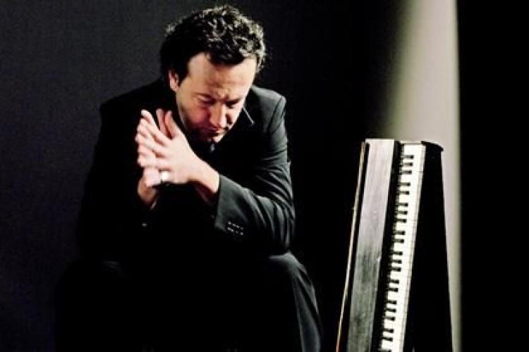 Il pianista Picco e il suo concerto al buio: 'Abbandonatevi alla musica'