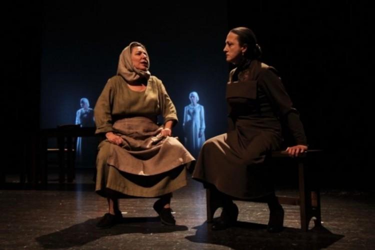 Dalla Spagna alla Sardegna. 'La casa di Bernarda Alba' diretta dalla Calvisi