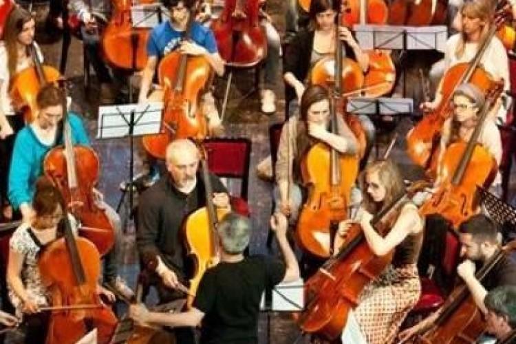 Cento violoncelli invadono le vie di Milano per un festival itinerante