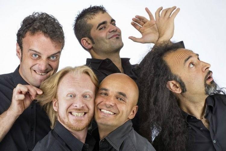 Rimbamband: cinque musicisti suonati in scena in tutta Italia