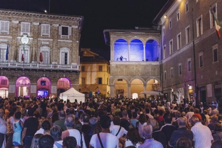 Notte dell'opera: le strade di Macerata si tingono di azzurro