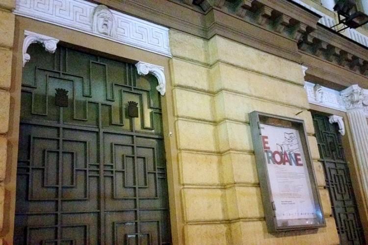La polizia chiude il Mercadante di Napoli